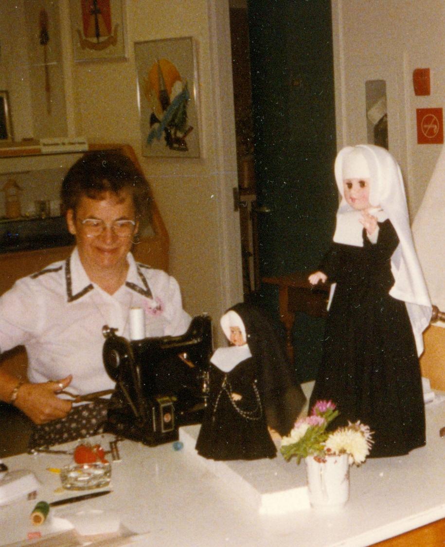 Hermana Céline Martineau en la confección de los trajes llevados por las religiosas