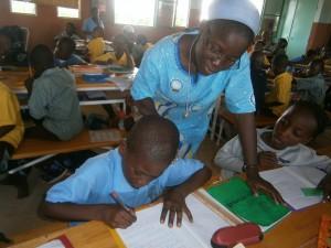 5_Soeur africaine avec élèves
