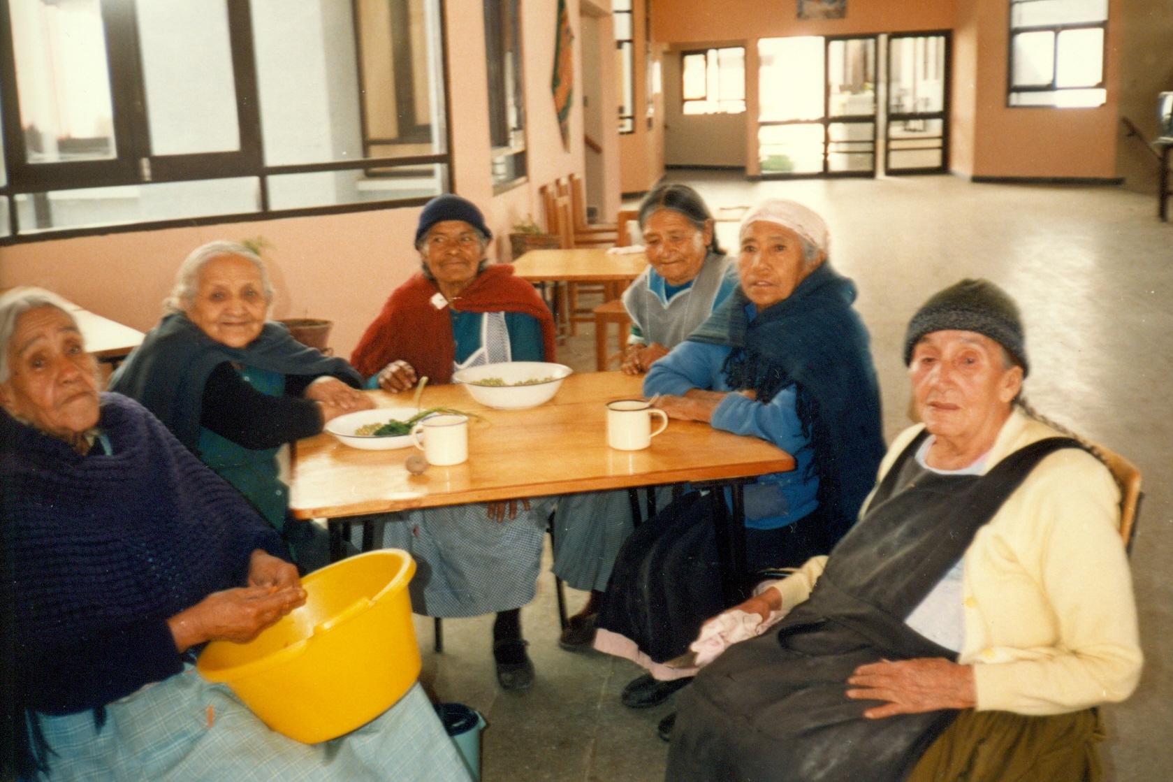 6_Bolivie Personnes âgées à table